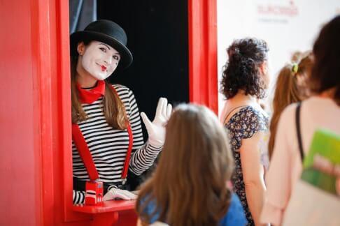 Makijażystka zapewniła odpowiedni wygląd dla hostess 200