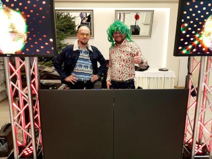 Konferansjer i DJ na specjalnie ozdobionych stanowisku 212