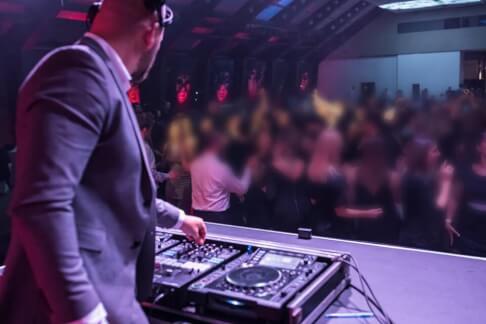 DJ gra imprezę dla ponad 500 osób 249