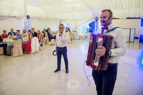 DJ i wodzirej akordeonista śpiewają przy stolikach 21