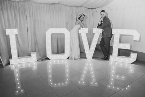 Świecący napis LOVE na weselu 63